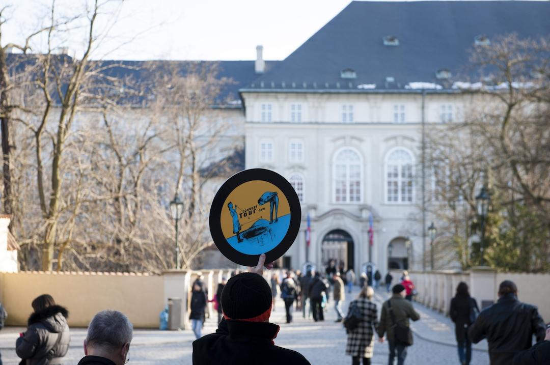 布拉格「貪污之旅」旅行團行進中。