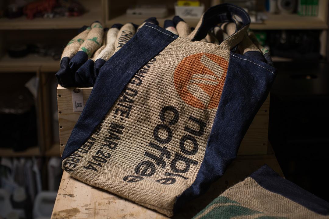 咖啡店的咖啡豆袋變成包包。