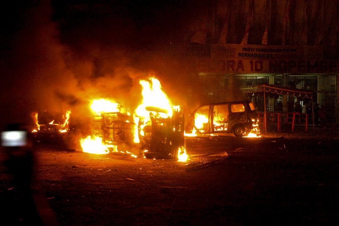 2006年9月4日,印尼職業球隊Persibaya的球迷在比賽結束後焚燒了三輛汽車。這場Persibaya對Arema Malang的比賽在東爪哇泗水的Gelora 10 November體育館舉辦。