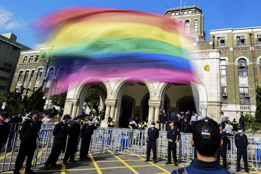 同志團體在憲法法庭外聲援。