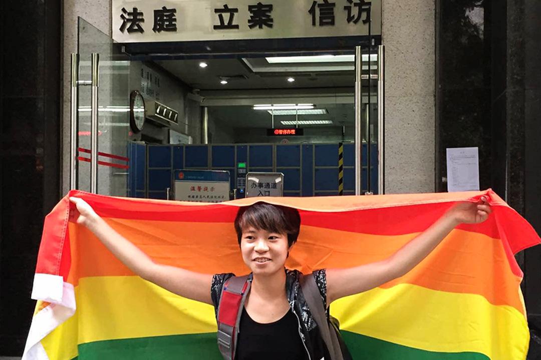 2015年7月29日,秋白帶著夥伴們一同前往廣州市中級人民法院門口抗議。