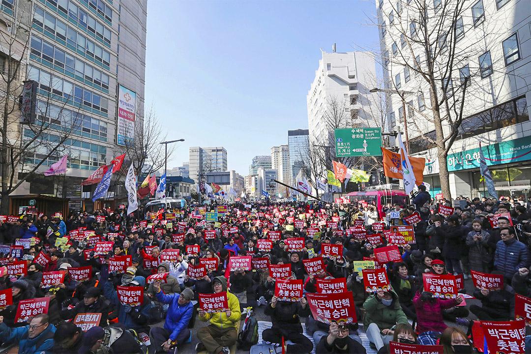 2017年3月10日,在憲法法院外,朴槿惠彈劾案的集會場面。