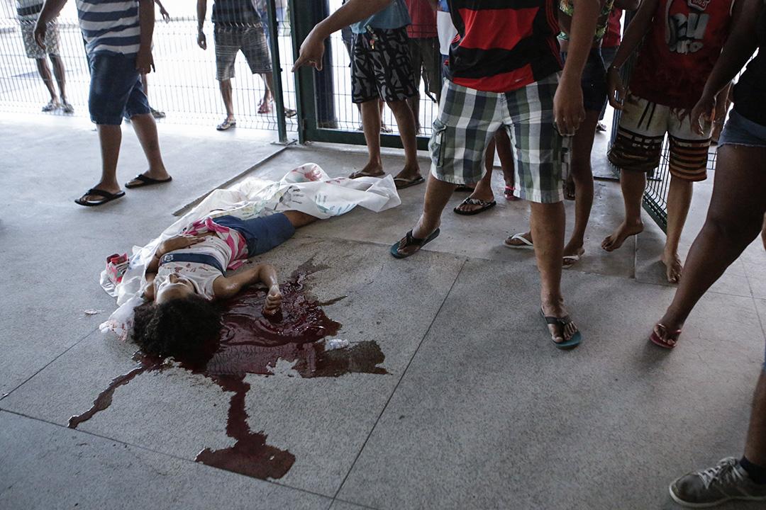 2017年3月30日,巴西里約熱內盧, 警察於貧民窟追撃毒販時開槍,13歲學生Maria Eduarda Alves da Conceicao意外被擊中,倒地身亡。