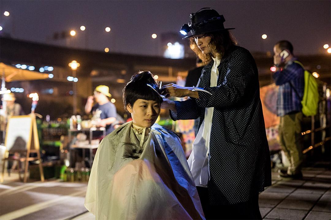 雜攤當中有人賣剪頭髮。
