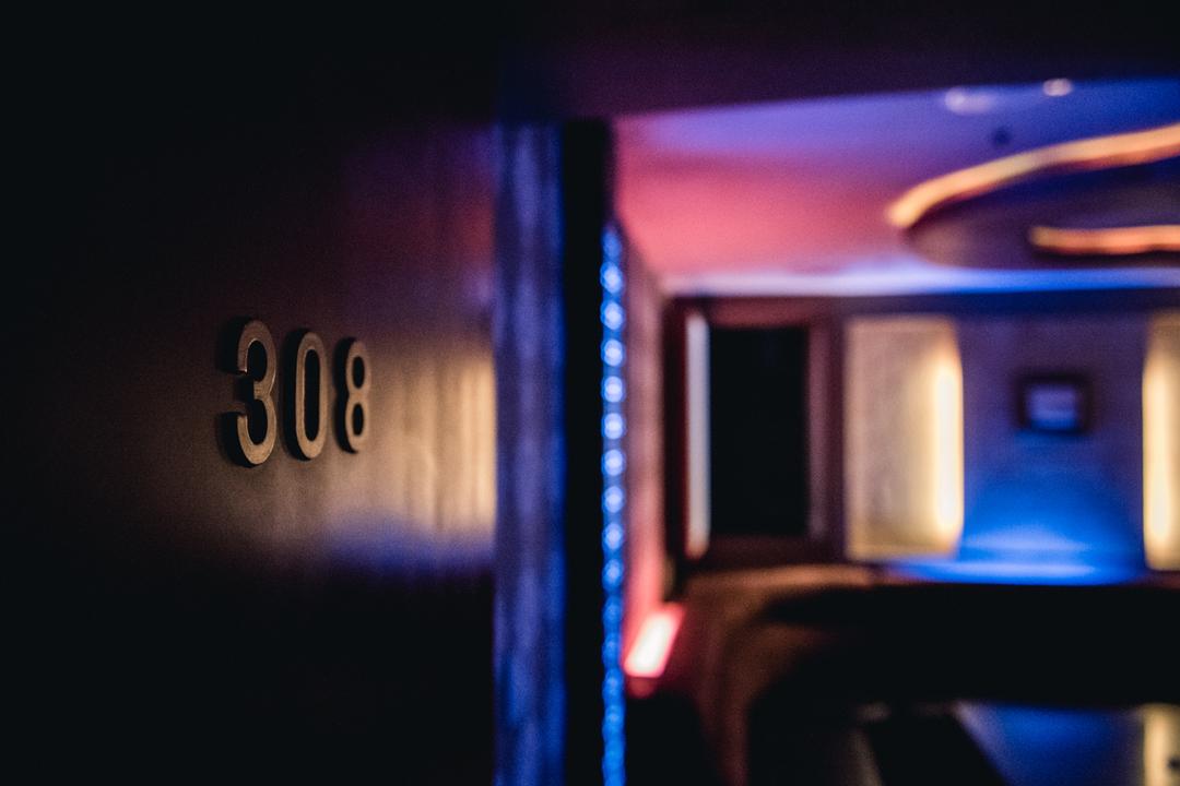 這個神祕的包廂隱匿在已歇業的383酒店舊址。