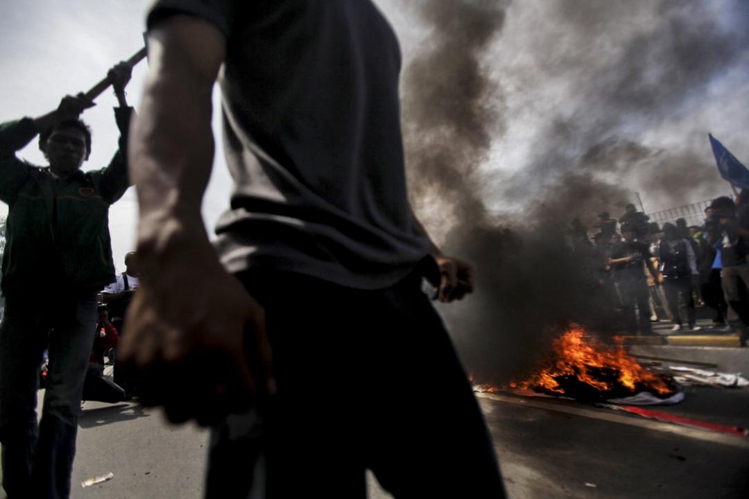 2012年3月30日,抗議者在雅加達人民代表會議(DPR)的大樓前面焚燒輪胎,向政府抗議不斷飆升的油價。據印尼警方統計,自3月26日至30日,印尼全國44個城市同時發生了反燃油價調升示威。