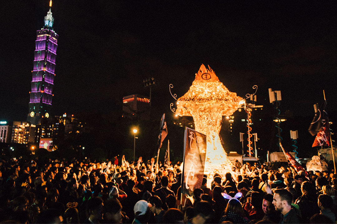 紙雕藝術家成若涵為「百野遶境」設計了一個巨大的作品,名為「似廟」,這個高達7公尺的大型紙雕作品,外型像一隻蘑菇。