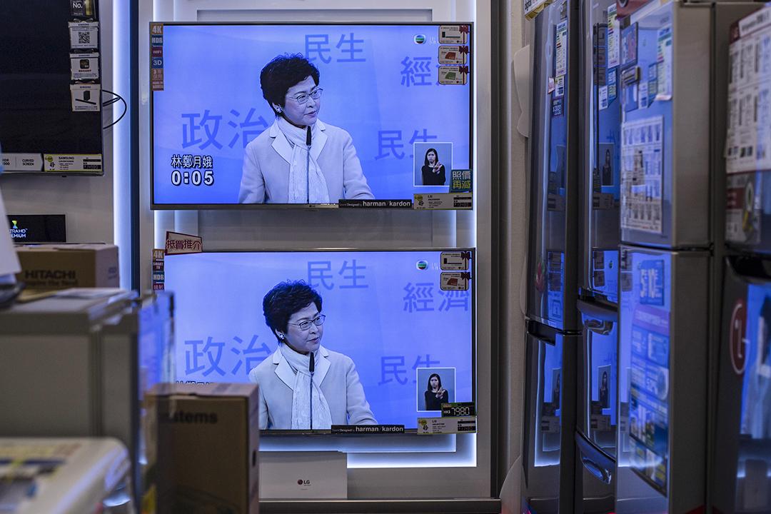 電視播放林鄭月娥的辯論畫面。