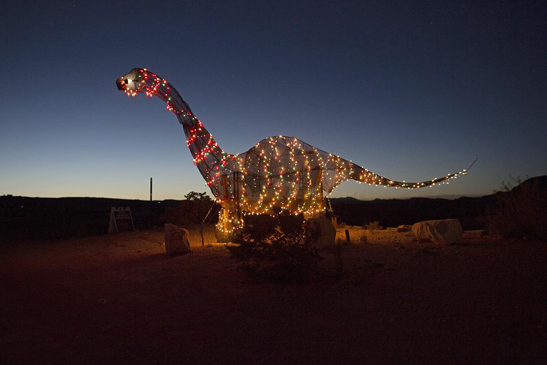 2017年3月27日,一隻發光恐龍雕像豎立在德州美墨邊境城鎮德林瓜(Terlingua)公路旁。
