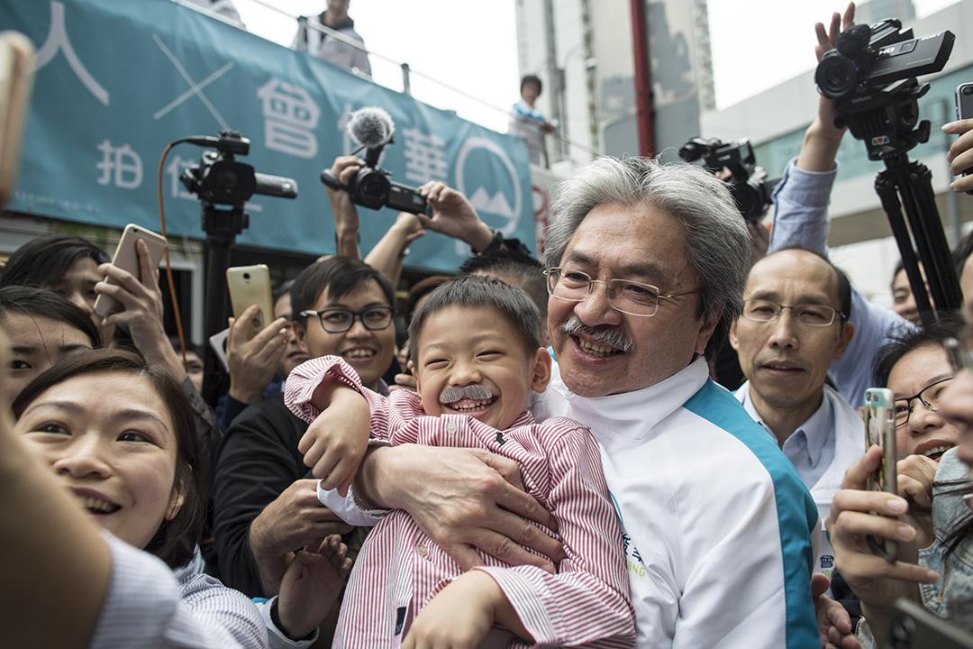 2017年3月24日,參與特首選舉的曾俊華周遊港島,不少港人到場支持。