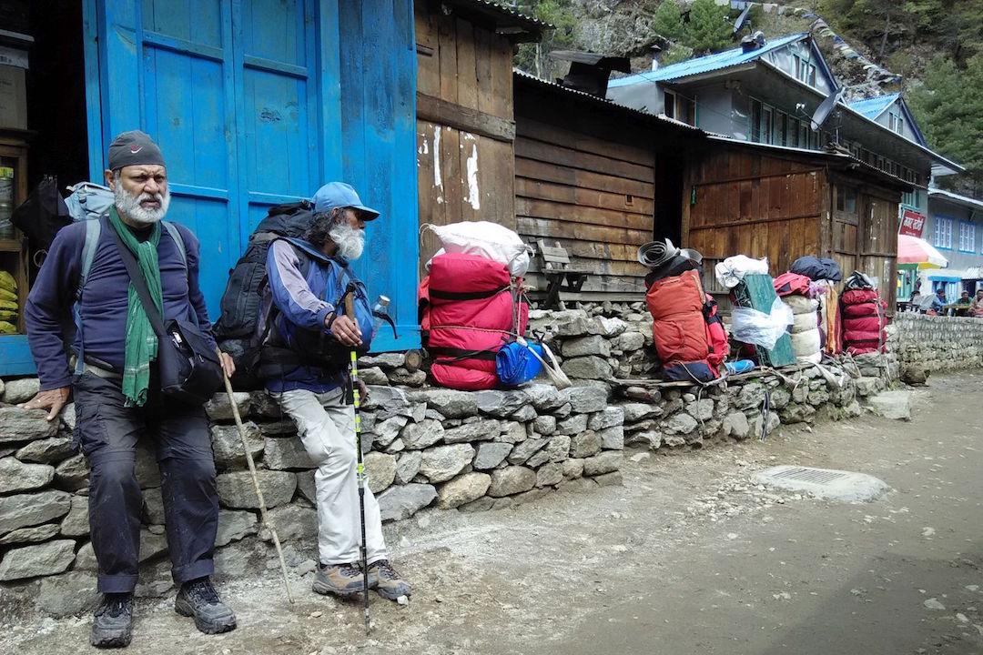 在營地稍作休息的登山者