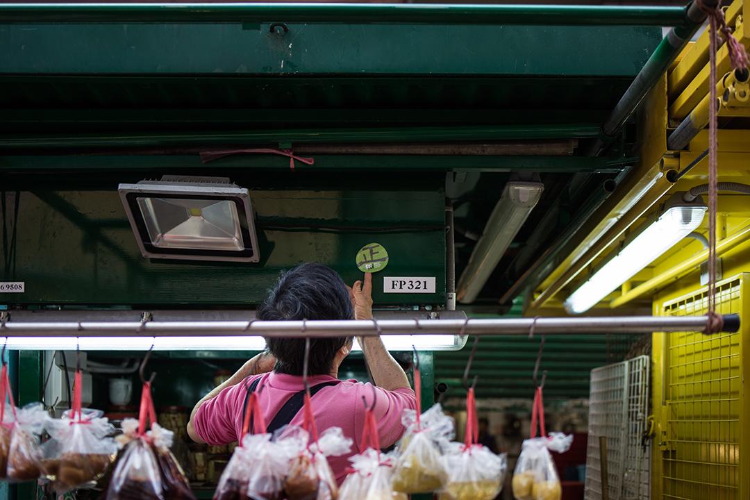 旺角街市的檔戶將胡國興的貼紙貼在自己的檔口上。