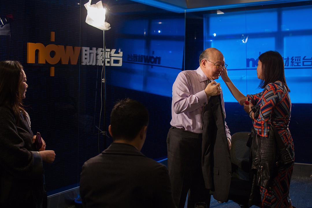 在電視台訪問前,經常隨胡國興出入的女兒替胡國興抹汗。