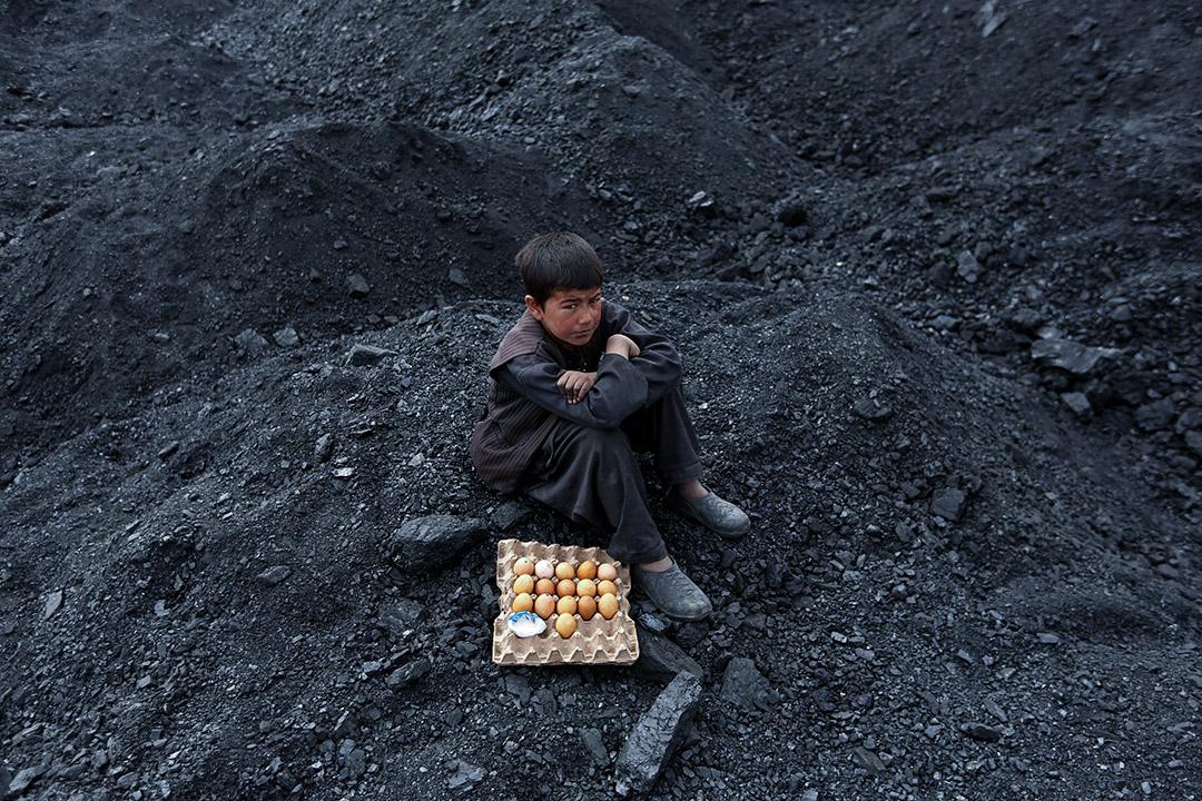 2017年3月7日,在阿富汗喀布爾郊區的煤礦堆場,一名阿富汗男孩正在售賣雞蛋。