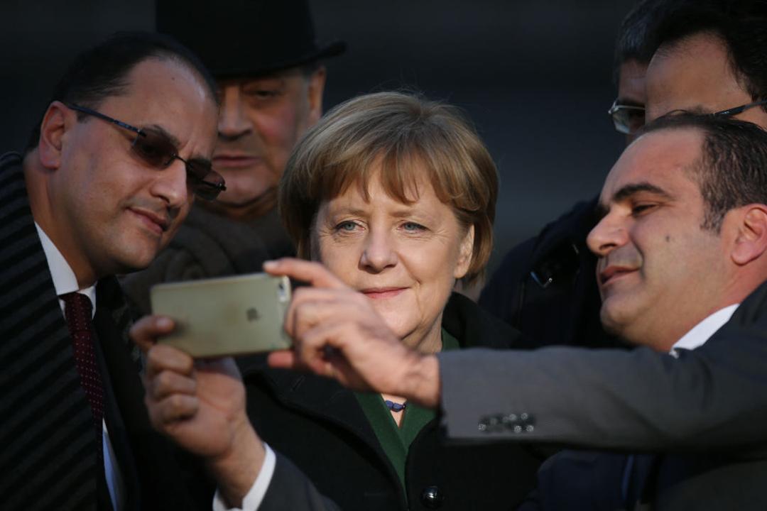 德國總理默克爾。今年2月與突尼西亞總理Youssef Chahed拜訪柏林耶誕市集攻擊事件的臨時紀念碑後。