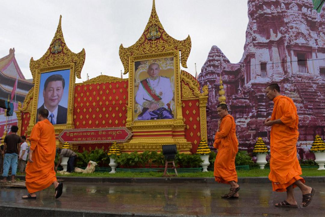2016年10月12日,柬埔寨金邊的路上放置了中國國家主席習近平和柬埔寨國王諾羅敦·西哈莫尼的肖像,習近平於2016年10月13日抵達柬埔寨進行為期兩天的國事訪問。