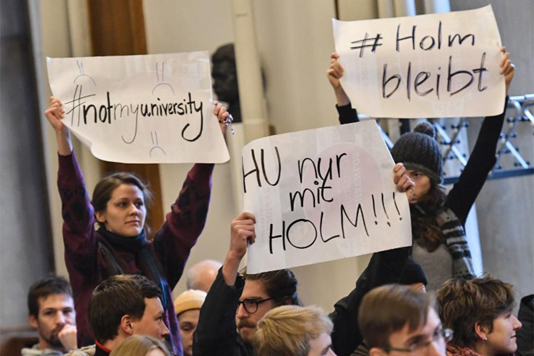 2017年1月18日,德國柏林的新聞發布會,洪堡大學的學生針對霍姆斯被解僱事件在場抗議。
