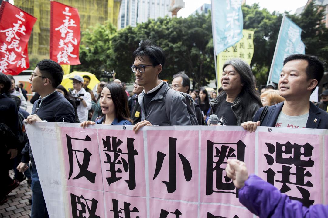 特首選舉投票日,在會展投票站場外,民陣發起遊行抗議小圈子選舉,立法會議員梁國雄、劉小麗及朱凱廸等亦在場。
