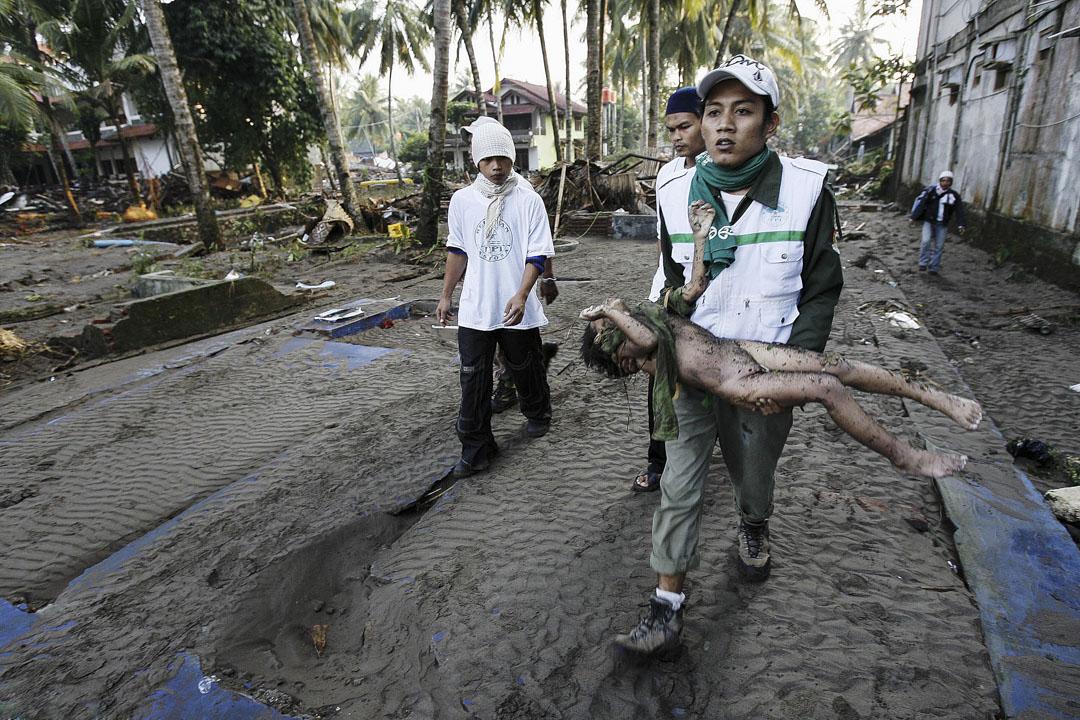 遺體挖掘—— 2016年7月18日,志願者在地震過後挖掘出一名孩子的遺體。7月17日,在印尼海灘龐岸達蘭(Pangandaran)發生了7.2級的地震,引發強力海嘯,這名孩子是受害者之一。這場地震導致118人死亡,72人受傷,86人失踪。