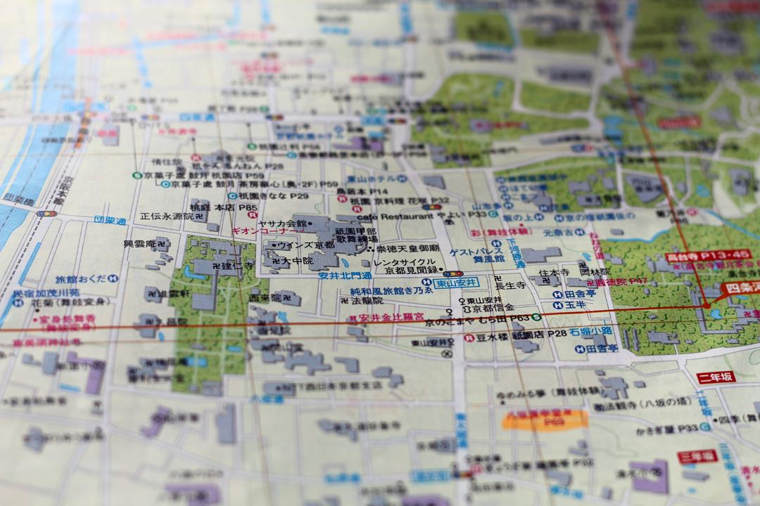 導覽書推薦的景點密密麻麻塞滿地圖,遠看彷彿一隻隻螞蟻行走於上。