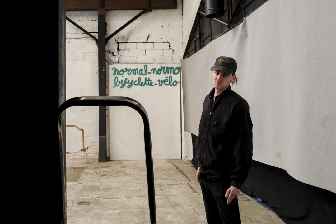 亞利桑德曾多次在巴黎佔領空屋,開闢了不少藝術空間。