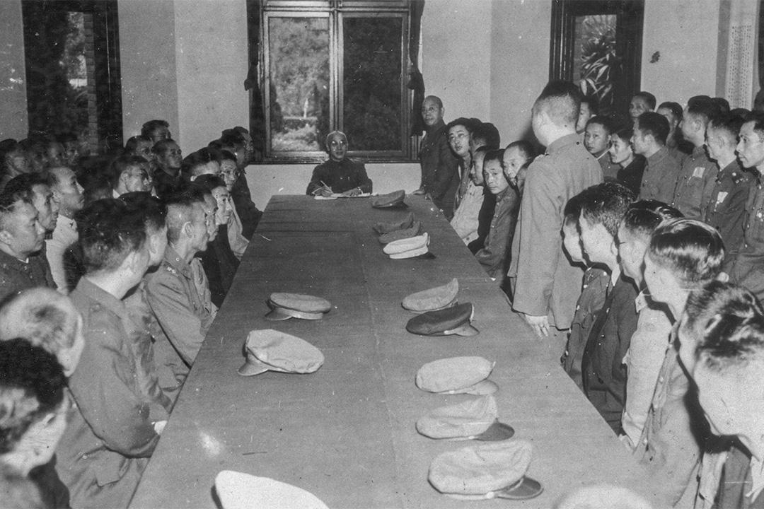 1949年11月,蔣介石(中)在重慶召集當地國民政府官員,討論西南部對共軍的最後防禦部署。