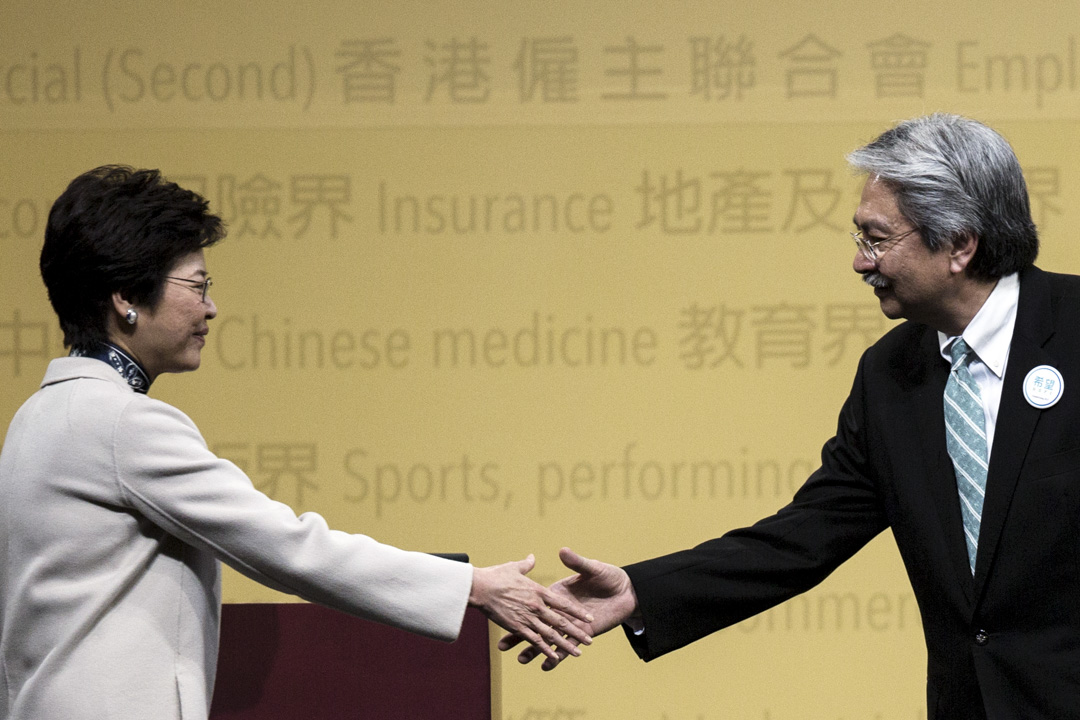 林鄭月娥與曾俊華握手。