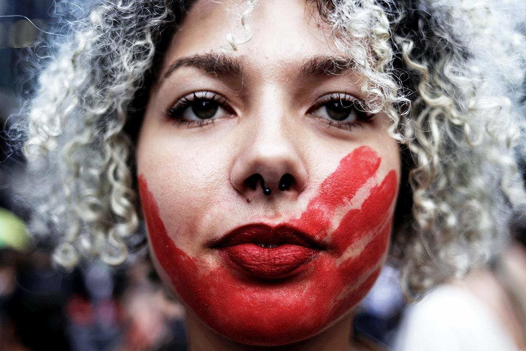 2017年3月8日,在巴西聖保羅,有示威者於國際婦女節期間,在嘴部印上了紅色的血手印,以此抗議女性受強暴文化威脅。