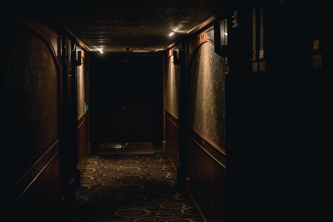 藏身在舊大樓裏的小櫃檯,通向有如飯店格局的走廊。