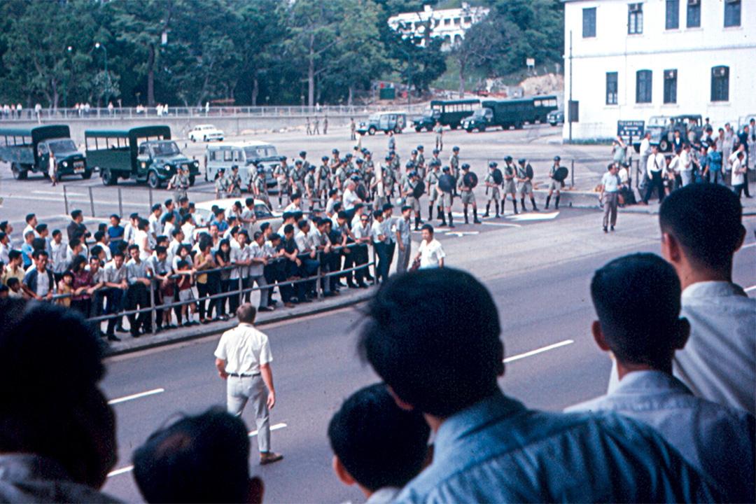 香港警察與左派暴徒對峙街頭。
