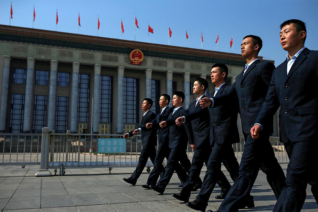 2017年3月3日,全國政協會議今日下午三時於中國北京開幕。開幕前,保安人員在人民大會堂周邊巡視。
