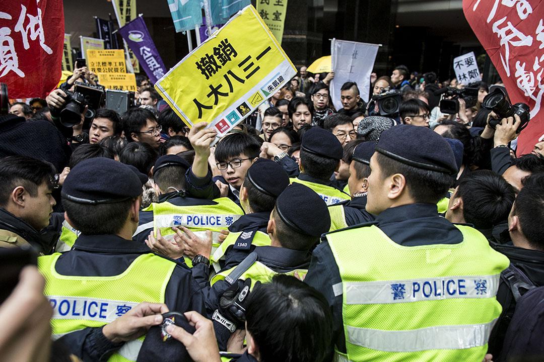 2017年3月26日,黃之鋒等人在場外市威,要求撤銷人大八三一。