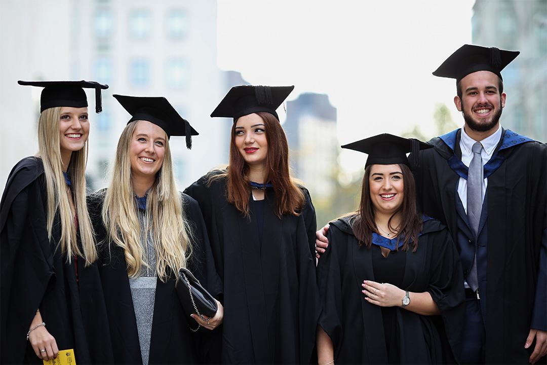 英國政府將學生貸款轉賣給私人公司。圖為英國畢業生。