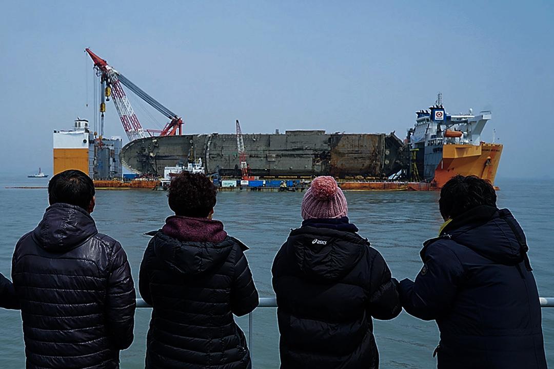2017年3月28日,南韓當局將沉沒近三年的「世越號」打撈上水,「世越號」於2014年4月16日往濟州島的途中沉沒,造成300多人死亡,其中9人仍然失踪。