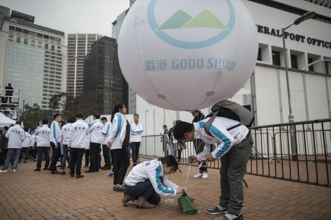 曾俊華競選團隊手持印有「香港Good Show」口號的大氣球,爭取市民支持。
