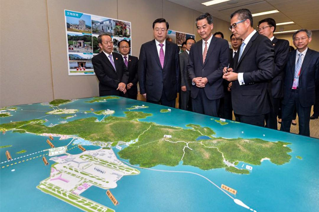 2016年5月17日,陳茂波向全國人大常委會委員長張德江及行政長官梁振英說明大嶼山發展藍圖,以及香港的規劃遠景與策略。
