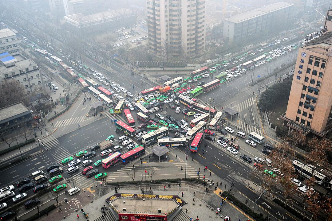 在官方口徑裏,汽車尾氣和燃煤是造成霧霾的兩大「元兇」。圖為西安堵塞的馬路。