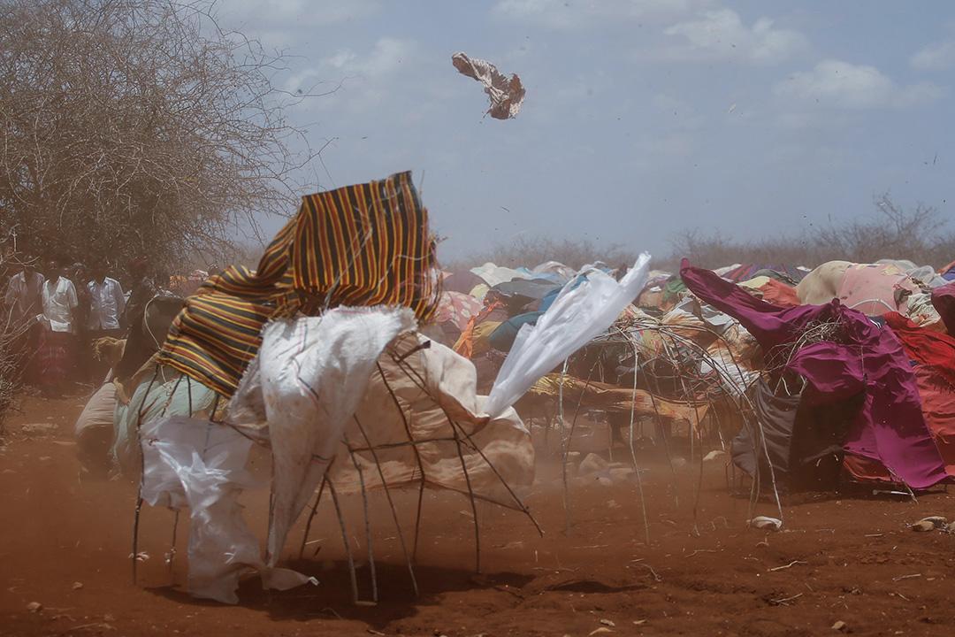 2017年3月26日,索馬里首都摩加迪沙以西的拜多阿,一場沙塵暴掃過一個臨時營地。
