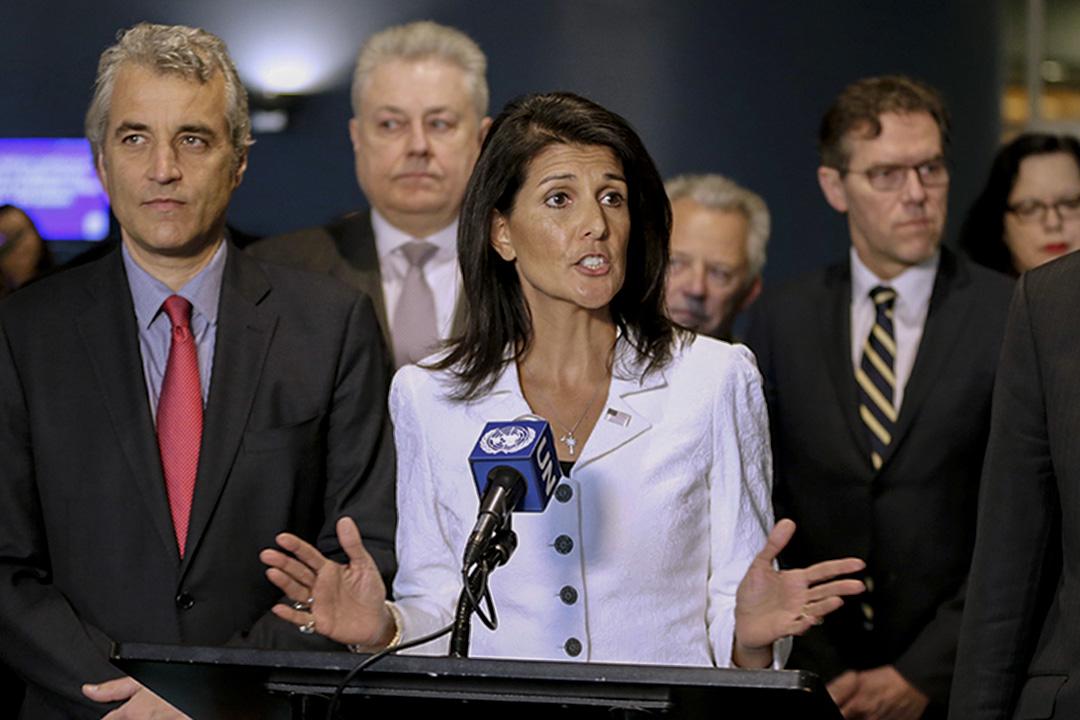 2017年3月27日,美國駐聯合國大使Nikki Haley(中)於聯合國總部發表講話。