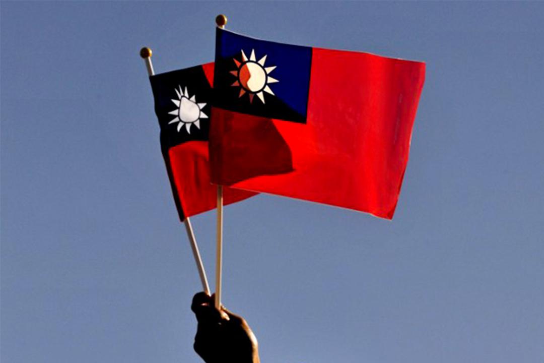 有人高舉台灣旗幟。