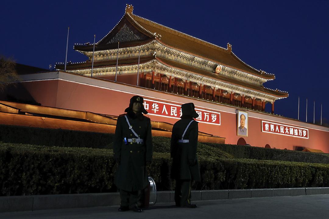 三月的天安门广场,如战场一般肃杀,十余日的「两会」期间,交通受管制,进京需盘查,异见人士被重点盯梢,维稳进入了杯弓蛇影的敏感期。