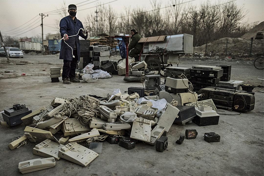 中國北京,有人於街頭上收集電子廢物。