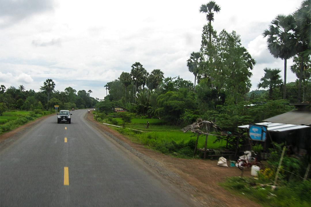 國道6號連結吳哥窟所在的暹粒省與金邊,自完工以來品質飽受批評,灰塵瀰漫、凹陷、大坑洞是駕駛人常抱怨的弊病。