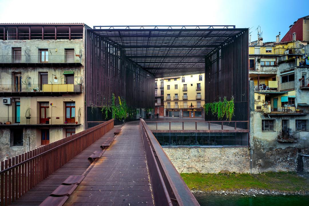 RCR Arquitectes與J. Puigcorbé合作的建築作品:位於西班牙Girona的拉利拉劇院公共空間(La Lira Theater Public Open Space, 2011)。