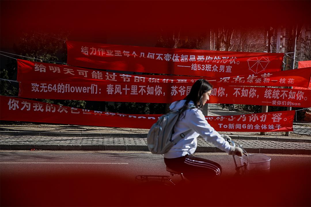 在中國,「三七女生節」最核心的戲碼是製作示愛橫幅和集體「喊樓」。