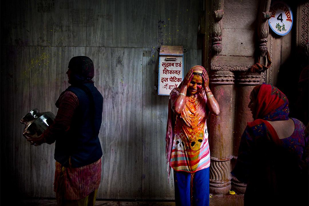 2017年3月10日,在印度,當地人民正在慶祝侯麗節,人們會用五顏六色的粉末與液體塗抹在別人身上。