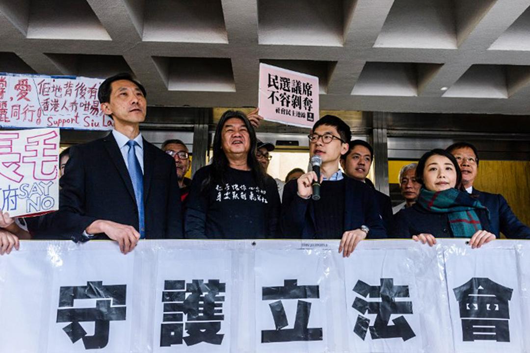 2017年3月1日,四泛民議員宣誓司法覆核案開審,劉小麗、羅冠聰、姚松炎、梁國雄在高等法院外示威,反對取消民選議員資格。