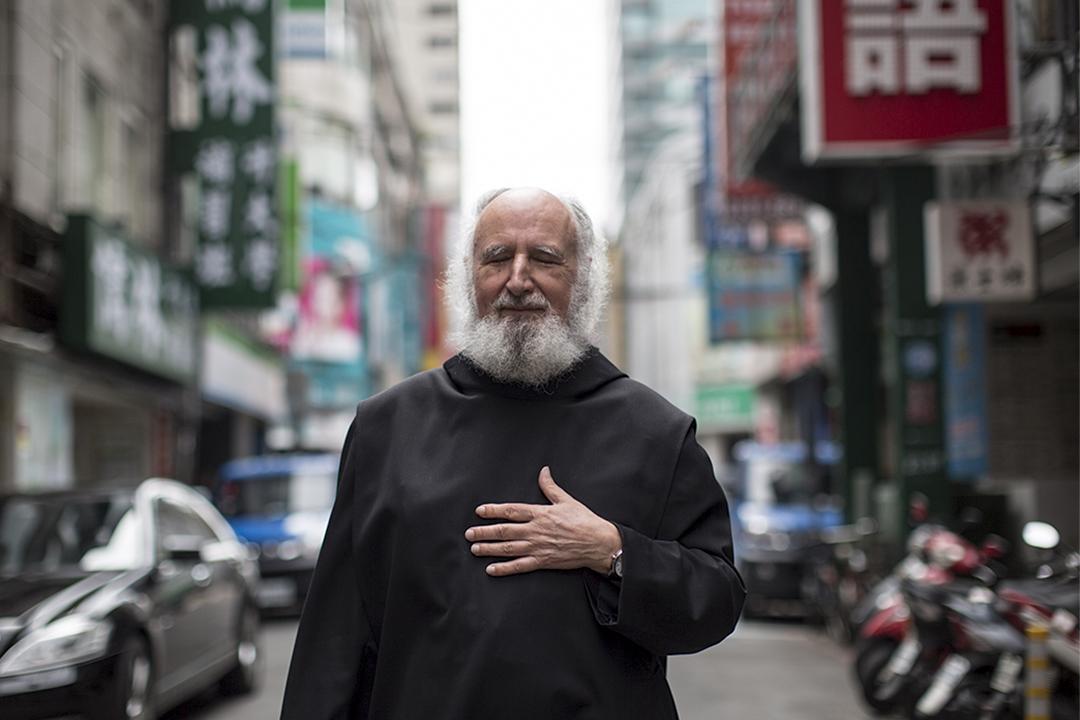 古倫神父認為一個領導者最重要的,是以慈悲心去理解社會的苦難,以及懂得如何面對人民的苦難。