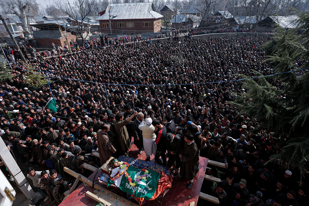 2017年3月27日,在克什米爾南部,Rayees Ahmad Wani的葬禮中,人們正在祈禱。據當地媒體報導,疑是武裝分子的Rayees Ahmad Wani被印度安全部隊殺死。