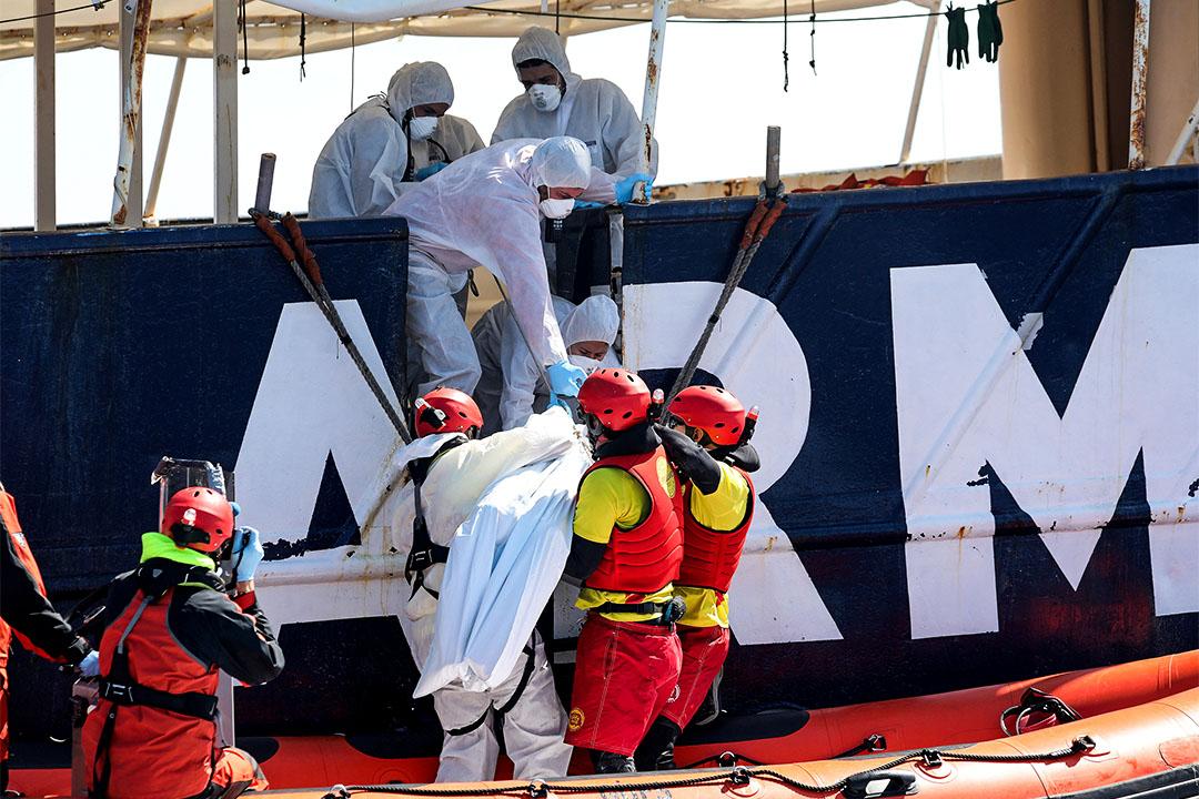2017年3月23日,西班牙非政府組織Proactiva Open Arm救生員在地中海利比亞海岸搜索和救援。